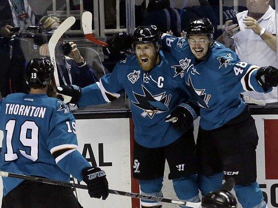 Radost elitního útoku Sharks: zleva Thorton, Pavelski a Hertl.