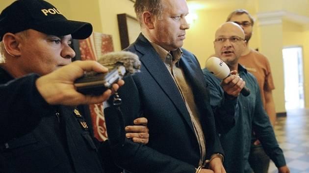 Prvního náměstka ministra práce a sociálních věcí Vladimíra Šišku (uprostřed) odvádějí 3. října od Obvodního soudu pro Prahu 2, který na něj uvalil vazbu.