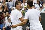Tomáš Berdych (vlevo) svedl v osmifinále Wimbledonu dramatickou bitvu s Jiřím Veselým.