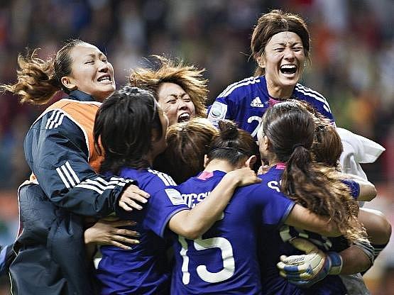 Japonky se radují po penaltovém rozstřelu z vítězství nad USA a ze zisku zlatých medailí.