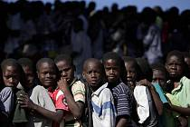Děti v Port-au-Prince na Haiti čekají na potravinovou pomoc v jednom z táborů v hlavním městě.