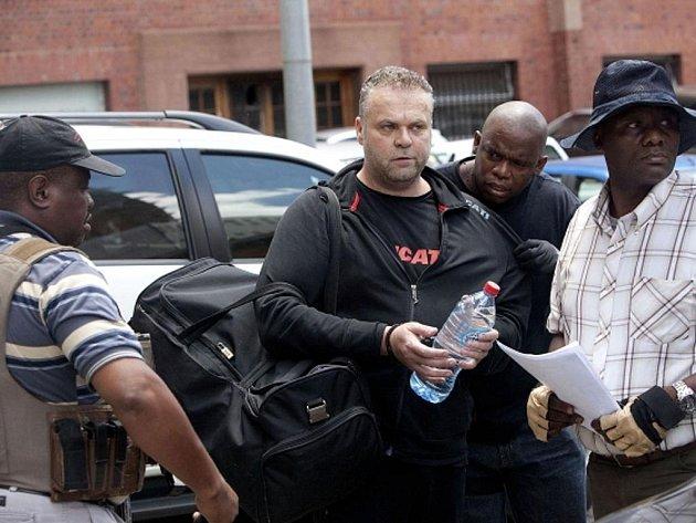Český podnikatel Radovan Krejčíř přichází k soudu v jihoafrické Pretorii.
