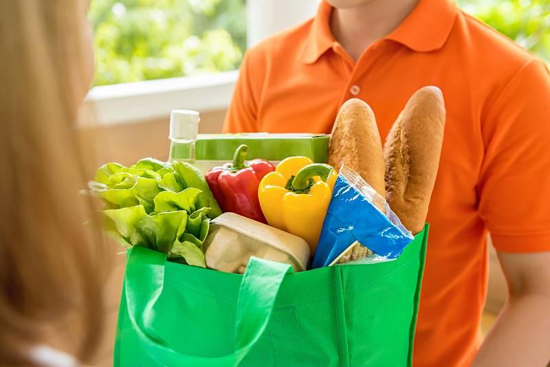 Nakupování potravin a spotřebního zboží přes internet získává v Česku na popularitě.