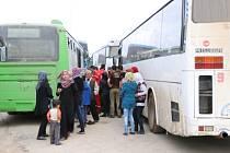 V Sýrii začaly evakuace obléhaných měst.