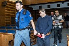 Roman Fek (druhý zleva) a Ladislav Fedák (vpravo), kteří jsou obžalováni z obchodování s lidmi ve Velké Británii.