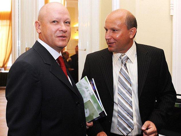Dva kandidáti na post předsedy ČMFS Ivan Hašek (vlevo) a Luděk Vinš během 12. valné hromady Českomoravského fotbalového svazu.