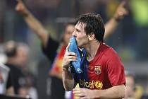 Lionel Messi líbá svoji kopačku poté, co dal vítězný gól Barcelony ve finále Ligy mistrů proti Manchesteru United.