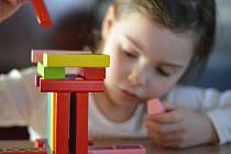 Hračky jako dřevěné kostky, modelína a pastelky jsou obvykle pro děti mnohem zdravější než ty elektronické, vzdělávací