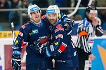 Hokejisté Chomutova se radují z gólu proti Hradci Králové.