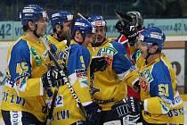 Hokejistí Ústí nad Labem se radují z gólu.