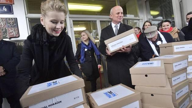 Kandidát na prezidenta Michal Horáček přišel 1. listopadu v doprovodu manželky Michaely Horejší-Horáčkové (vlevo) a svých podporovatelů předat na ministerstvo vnitra v Praze kandidátní listinu a petiční archy. Druhá zleva je sportovkyně Tereza Diepoldová.