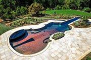 Bazén ve tvaru houslí zhotovený pro fanouška vážné hudby
