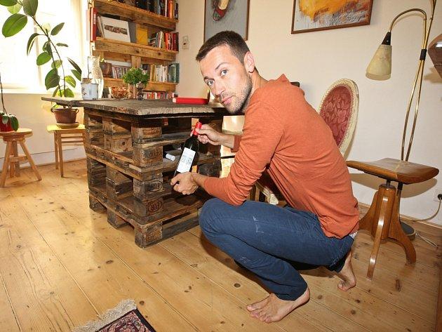 Herec si potrpí na přírodní materiály. Proto v jeho pražském bytě vévodí dřevo.
