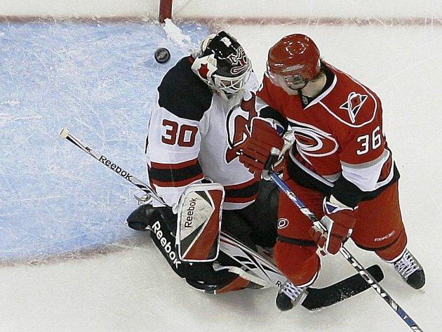 Rozhodující okamžik zápasu. Útočník Caroliny Jussi Jokinen překonává tečí v poslední vteřině gólmana Devils Martina Brodeura.