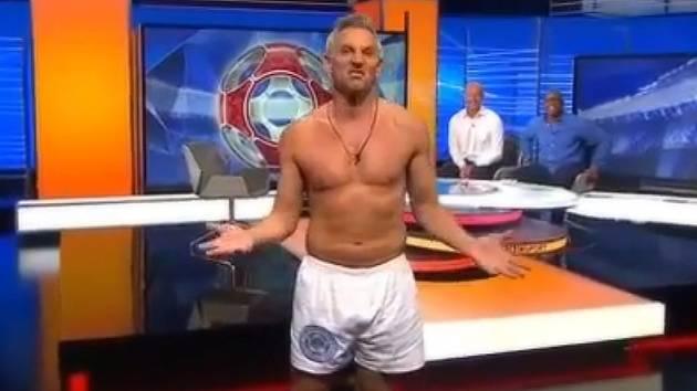 Gary Lineker moderoval ve spodkách start nového ročníku Premier League.