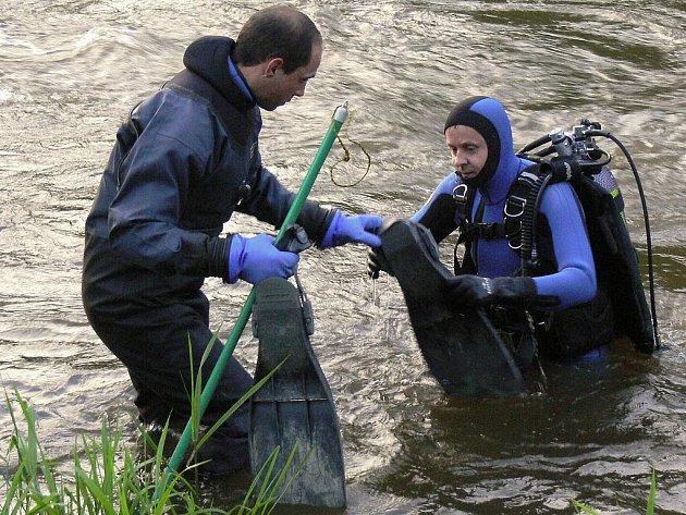 Vodáka ztraceného pod vodou hledali i v pondělí 7. června 2010 potápěči u splavu na řece Ohři v Lokti na Sokolovsku. Třem mužům ve věku 35 až 50 let se podařilo o den dřív dostat zpět na převrhnutou loď, kamaráda už se jim ale z vody vytáhnout nepodařilo.
