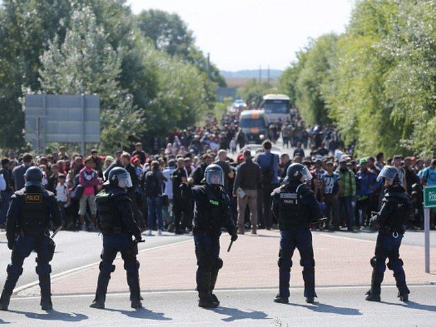 Z registračního tábora u jihomaďarské obce Röszke na hranicích se Srbskem dnes opět uteklo několik stovek běženců. Několik stovek se jich pěšky vydalo po dálnici do Budapešti, odkud zamýšlejí dále pokračovat do Německa.