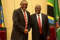 Prezident John Magufuli (vpravo) propustil tisíce státních zaměstnanců, protože podváděli s dosaženým vzděláním.
