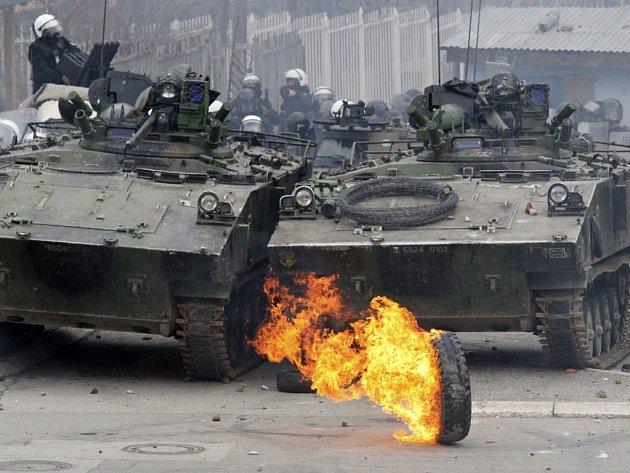 Francouzské jednotky NATO hlídají budovu OSN v Kosovské Mitrovici.
