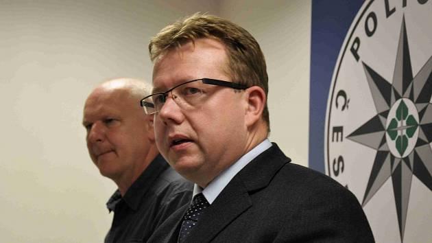 Milan Komárek (v popředí s brýlemi)