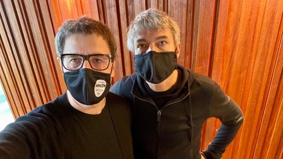 Ředitel pro vztahy s veřejným sektorem finanční skupiny PPF Vladimír Mlynář (vlevo) 14. října 2020 na svém twitterovém účtu zveřejnil snímek, na kterém pózuje s majitelem PPF Petrem Kellnerem. Fotografie vznikla na podporu nošení roušek.