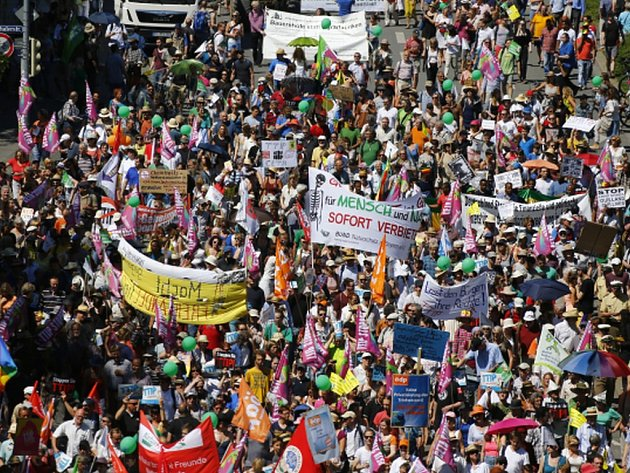 Proti nadcházejícímu summitu skupiny velkých světových ekonomik G7 v Bavorsku dnes podle policie demonstruje v Mnichově zhruba 23.000 lidí.