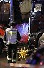 Do davu na vánočním trhu v centrální berlínské čtvrti Charlottenburg dnes večer vjel nákladní vůz.