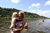 Hnutí Arnika a další občanské iniciativy se 10. července v Praze připojily k oslavám Evropského dne koupání v řekách. Na snímku lidé plavou ve Vltavě v Praze-Braníku.