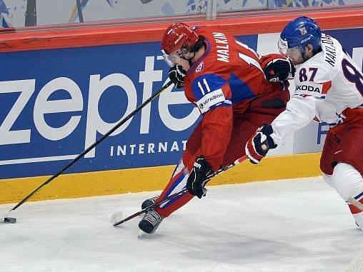 Jakub Nakládal svádí souboj s hvězdou Jevgenijem Malkinem.