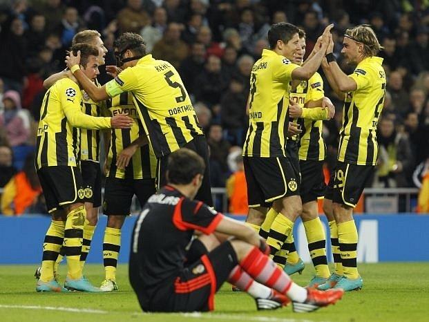 Zklamaný brankář Realu Casillas sleduje radost hráčů Dortmundu po vstřeleném gólu.