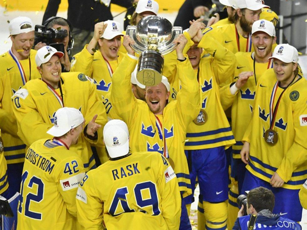 Hokejisté Švédska slaví titul mistrů světa.