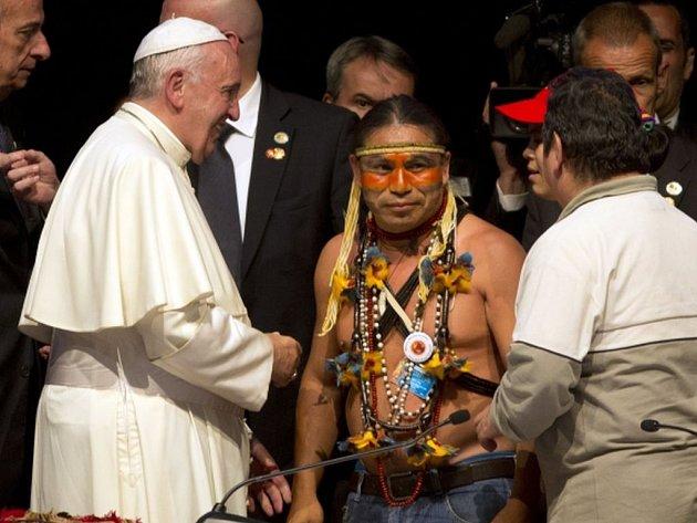 Papež František požádal ve čtvrtek během návštěvy Bolívie o odpuštění za prohřešky, jichž se v minulosti katolická církev dopustila na jihoamerických domorodcích.
