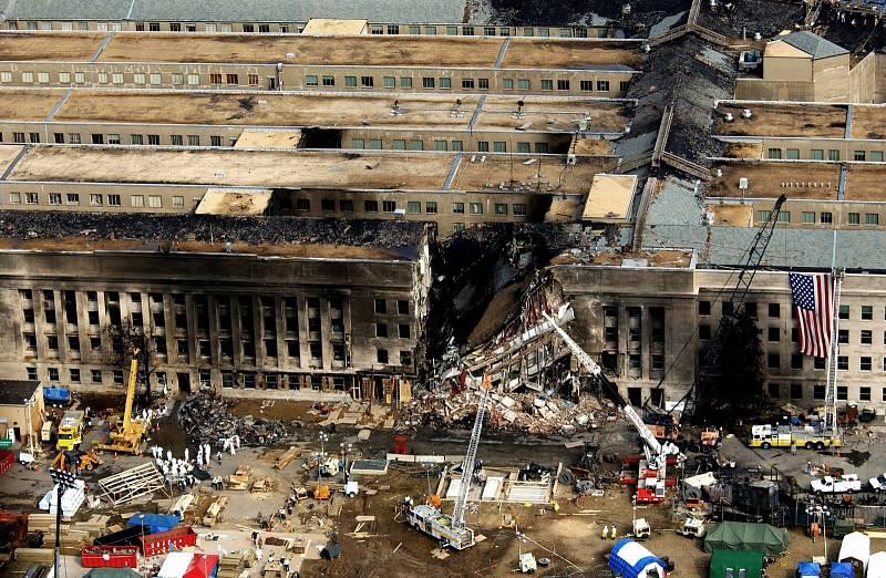 Pohled na zničený Pentagon, 11. září 2001 se i tato vládní budova stala terčem teroristického útoku.