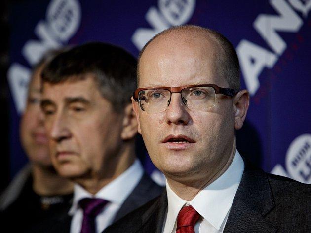 Bohuslav Sobotka (ČSSD) a Andrej Babiš (ANO) na tiskové konferenci po jednání v Průhonicích v sobotu 23. listopadu 2013.