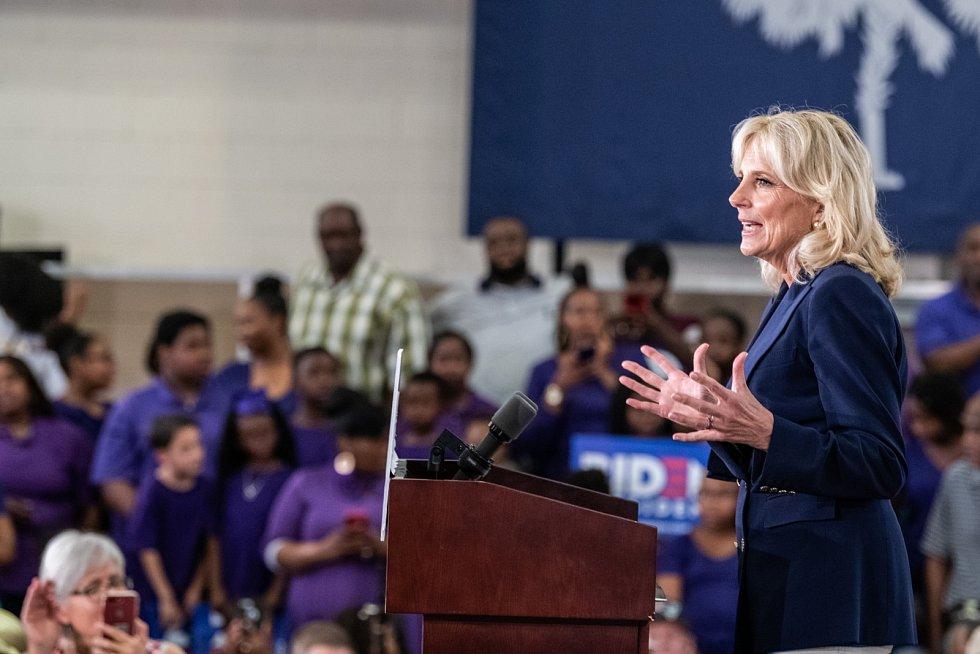 Jill Bidenová promlouvá během prezidentské volební kampaně svého muže k jeho příznivcům