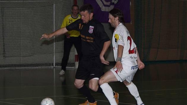 V úvodním finále futsalové ligy vyhrála 5:2 Chrudim a k titulu mistra futsalové ligy má nyní blíže.  Na snímku bojuje o míč domácí Oldřich Malý (vlevo) s hostujícím Michalem Marešem.
