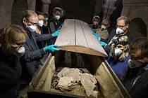 Experti řeší záhadný objev ostatků předčasně narozeného dítěte v rakvi mumifikovaného švédského luteránského biskupa ze 17. století a zakladatele prestižní Lundské univerzity Pedera Winstrupa.