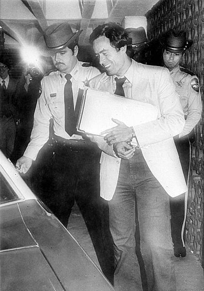 Sériový vrah Ted Bundy odchází od soudního přelíčení v roce 1979.