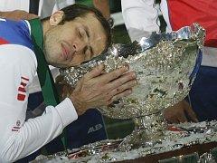 """Radek Štěpánek se mazlí s vysněnou salátovou """"salátovou mísou"""" pro vítěze Davis Cupu."""