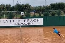 Dobrý tenista pro míček i do vody skočí, ví Petros Tsitsipas.