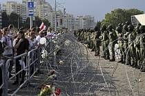 Demonstrace proti prezidentovi Alexandru Lukašenkovi v Minsku.