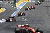 Pilot stáje Ferrari Charles Leclerc (vpředu) ve Velké ceně Francie.