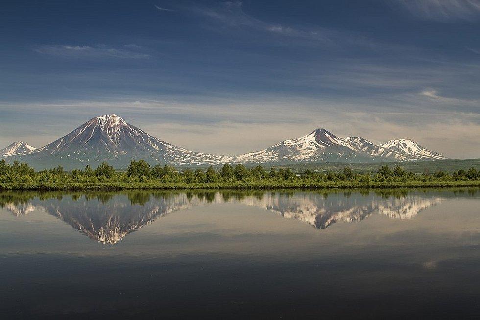 Panorama sopek Avačinsko-Korjacké skupiny. Zleva doprava: Arik (vzadu), pak sopka Korjacká, Avačinská a zcela vpravo Kozelská
