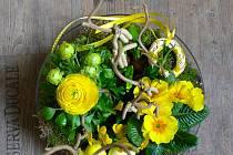 U jarního aranžmá je důležité i to, kde bude umístěné, a podle toho si vybrat styl a následně i správnou nádobu, květiny a doplňky.