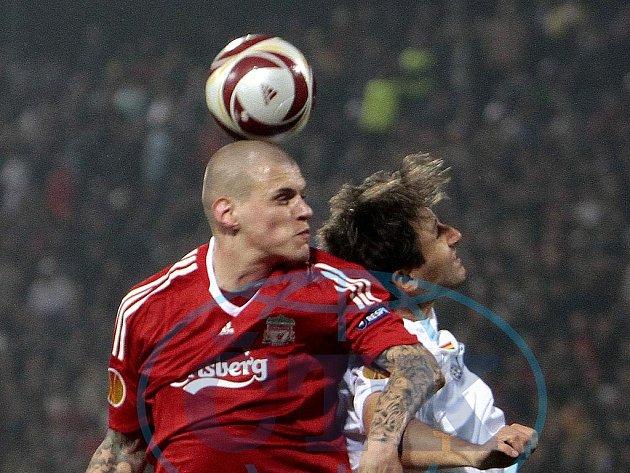 Liverpoolský Škrtel v souboji s Mehmedovičem.