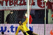 Dloubáček Blaszczykowského (není na snímku) znamenal druhou branku Polska. Petr Čech byl bezmocný.