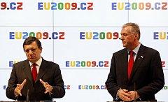 Předseda Evropské komise Jose Manuel Barroso (vlevo) a premiér Mirek Topolánek na tiskové konferenci po setkání české vlády s Evropskou komisí 7. ledna v Praze.