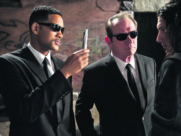 V ČERNÝCH BRÝLÍCH. A to doslova. Nejen hrdinové filmu, ale i diváci si teď nasadí známé brýle, jež je trojrozměrně provedou novým dobrodružstvím agentů J. a K. (Will Smith a Tommy Lee Jones).