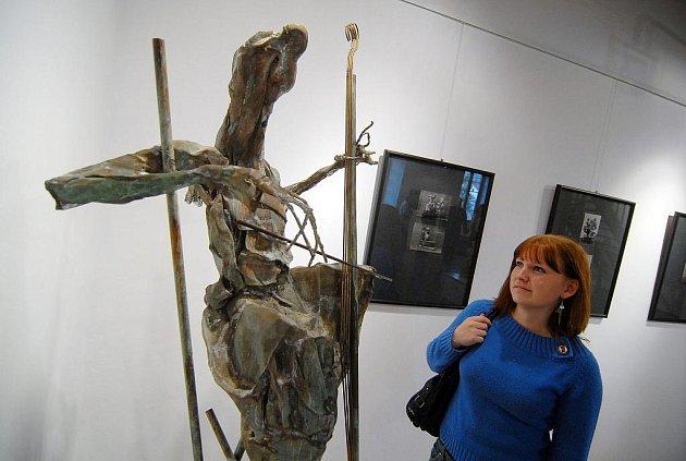 Akademický sochař a čestný občan města Litvínova Stanislav Hanzík vystavuje své dílo v galerii Radniční sklípek v Litvínově.