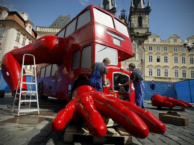 Přípravy na slavnostní odhalení Klikujícího autobusu umělce Davida Černého probíhaly 7. září na pražském Staroměstském náměstí.
